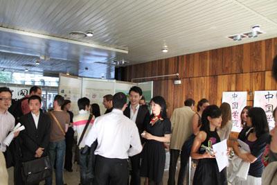 Discussion animée autour de l'exposition